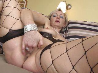 Зрелая баба дрочит порно