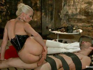 Порно раб отлизывает госпоже