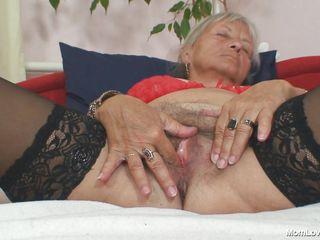 Порно дрочит языком