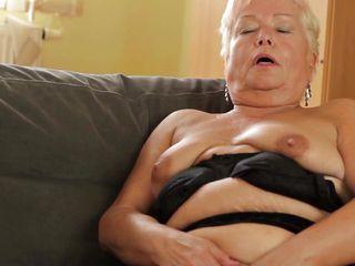 Порно зрелые мастурбация в жопу огромными