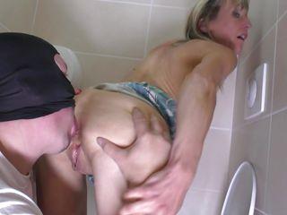 Секс втроем в туалете