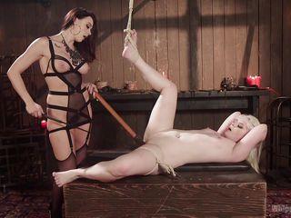 Порно госпожа трахает рабыню