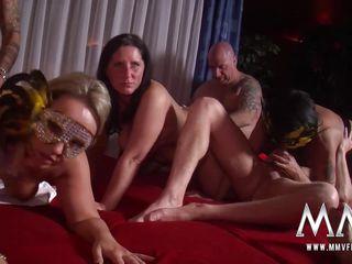 Видео снимает жену дома