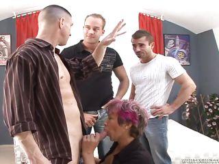 Мужчины снимают фото кисок своих жен