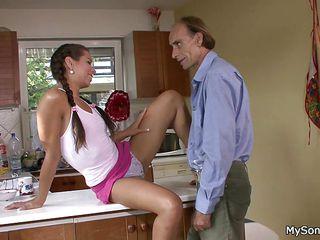 Порно трахает подругу жены
