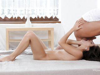 Красивую азиатку ебут
