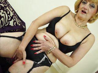 Порно дрочит на белье