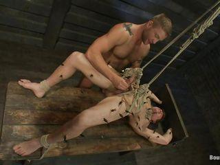 Порно парень ебет пальцем