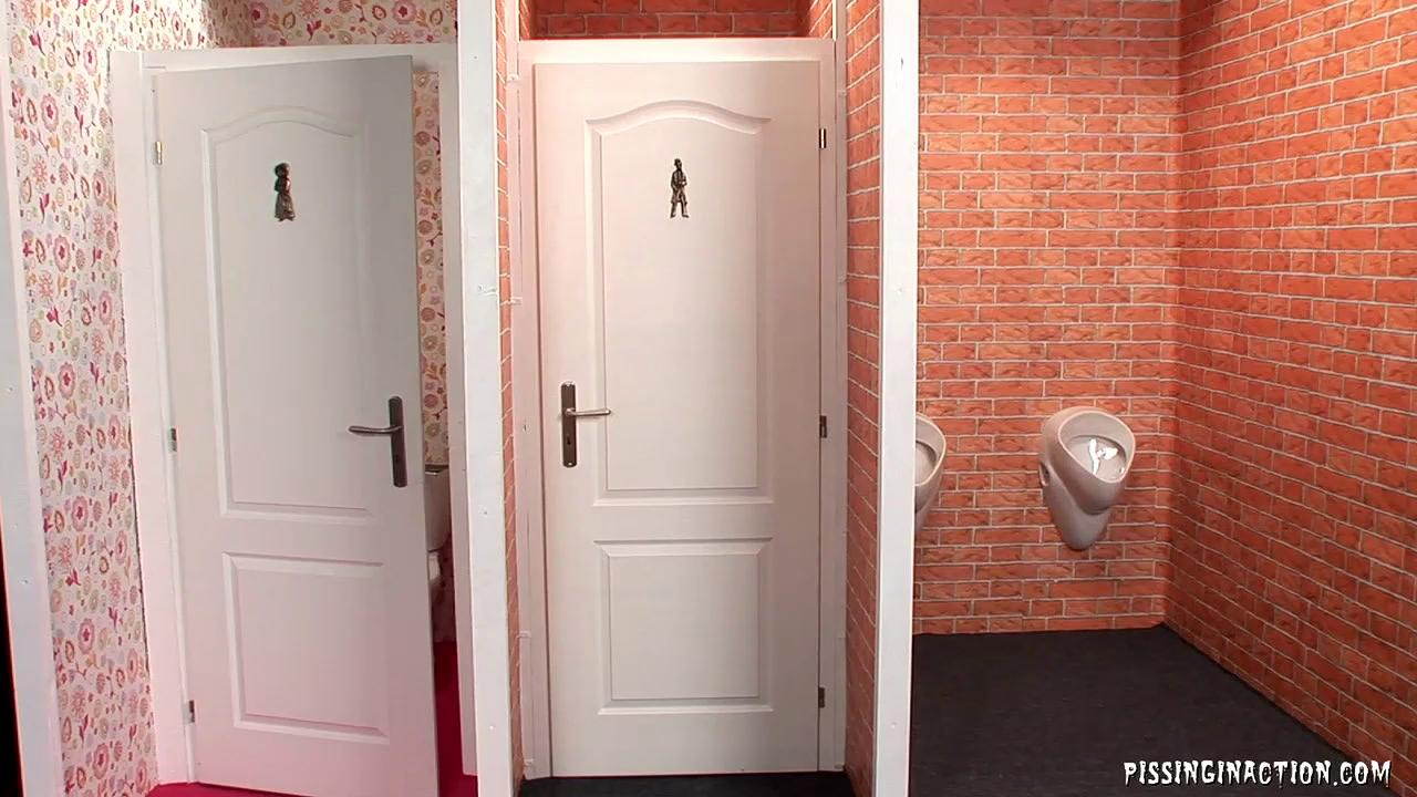 Порно писающие жены в туалете скрытая съемка