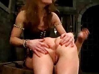 Парень во время секса шлепает по попе