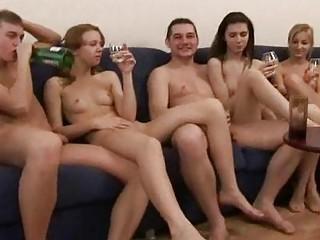 Порно бабы ссут во время онального секса