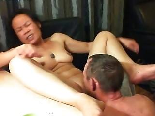 Смотреть порно лижет шлюхе