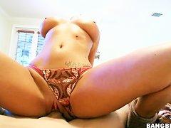 Порно брюнетка на кровати
