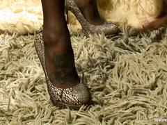 Женские ножки в чулках
