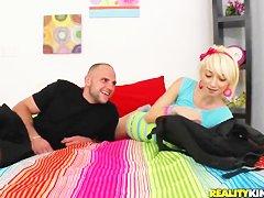 негр с огромным членом трахает блондинку