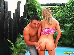Порно видео у бассейна с блондинкой