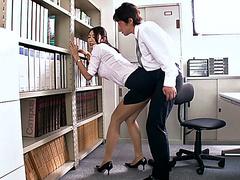 Сосет член в офисе