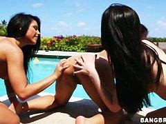 Красивый секс около бассейна