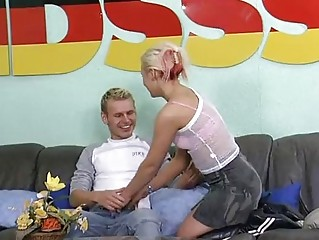 Блондинка кончает видео