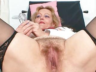 Зрелые дамы под юбкой видео