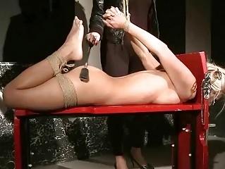 Жесткий секс с игрушками лесбиянок